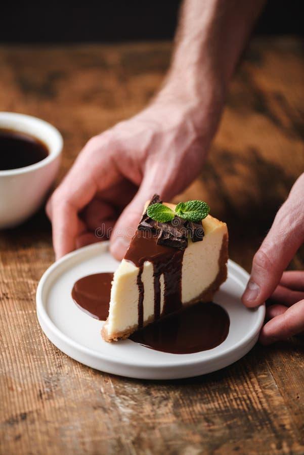 Ostkaka med den chokladsås och koppen kaffe fotografering för bildbyråer