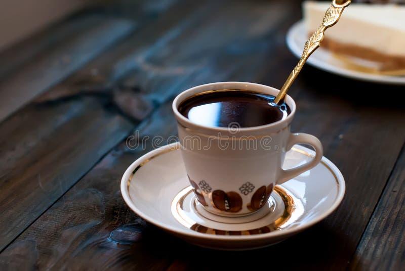 Ostkaka och en kopp kaffe, bästa sikt royaltyfria bilder