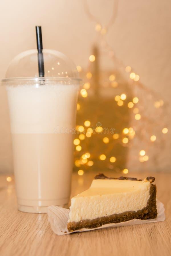 Ostkaka och milkshake royaltyfria bilder