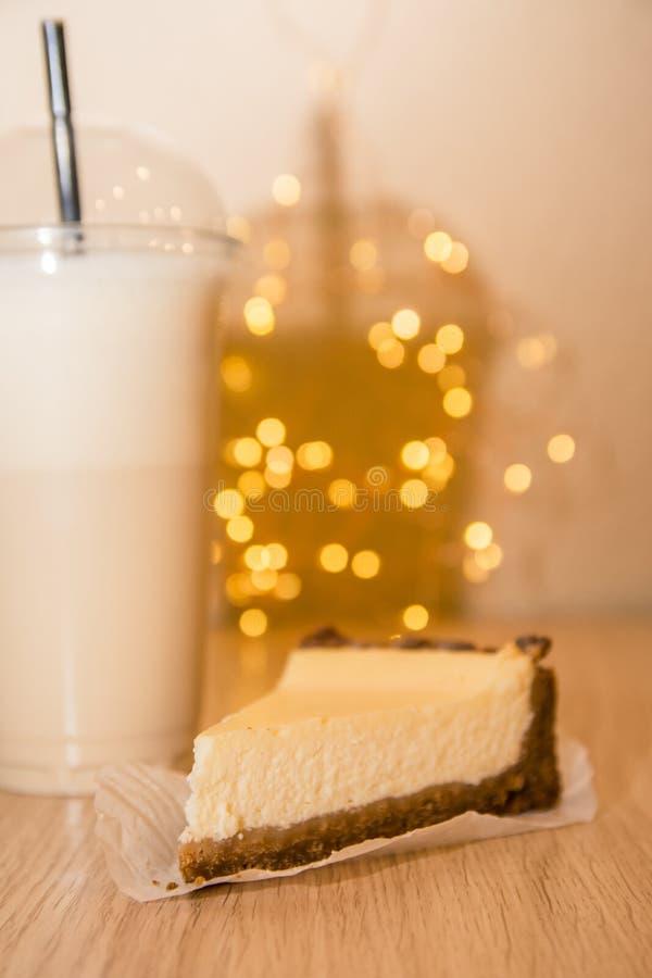Ostkaka och milkshake royaltyfri fotografi