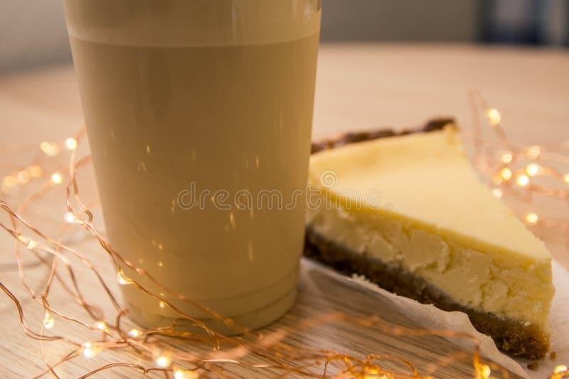 Ostkaka och milkshake fotografering för bildbyråer