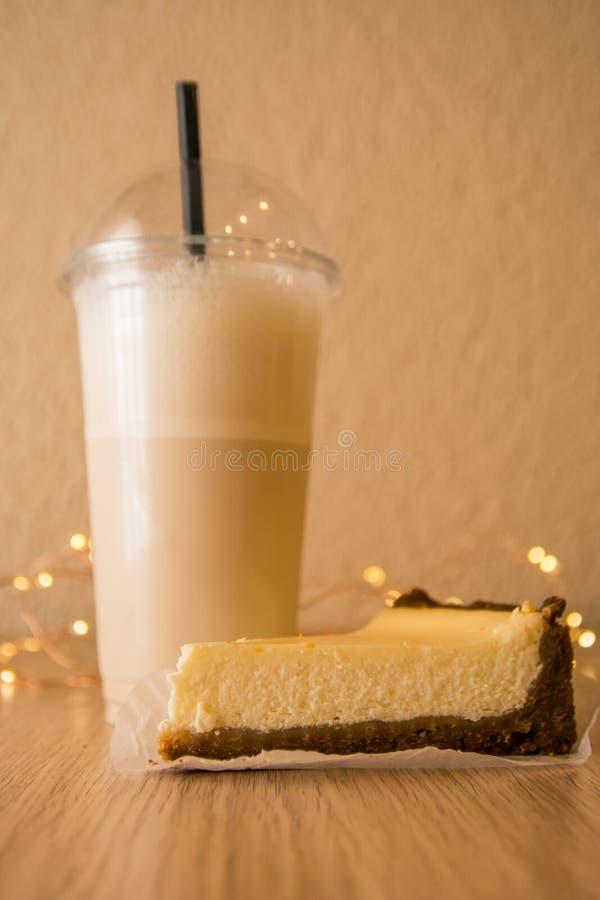 Ostkaka och milkshake royaltyfri foto