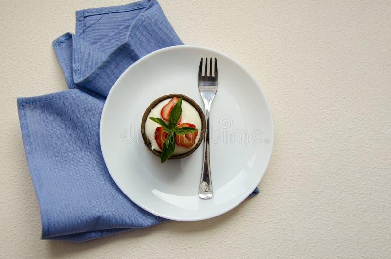 Ostkakor med jordgubbar lurar menyn arkivfoton
