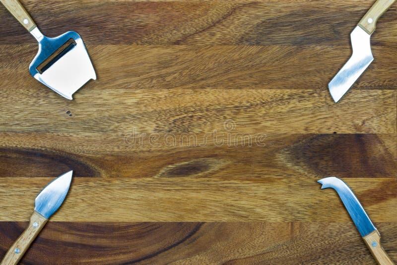 Ostknivuppsättning med träbakgrund royaltyfria foton