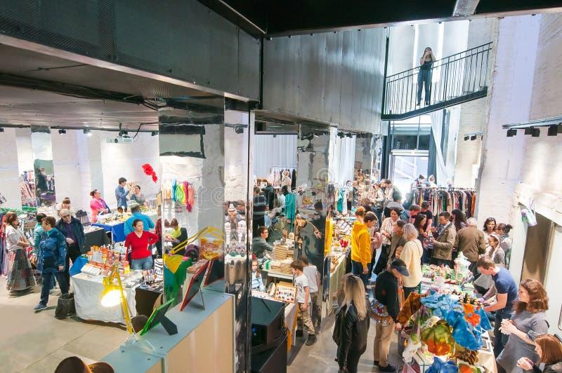 Ostmarknad mycket av lokaler och turister på en av paviljongen för Flacon designfabrik arkivfoto
