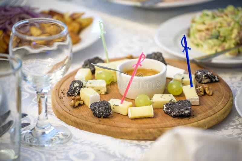 Ostplatta med ostar parmesan, Brie, camembert och roquefort, i att tjäna som på tabellen från en gammal trädnärbild royaltyfri bild