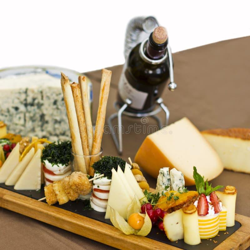 Ostplatta: roquefort med den blåa formen, cheddar, rökte ost, arkivfoto