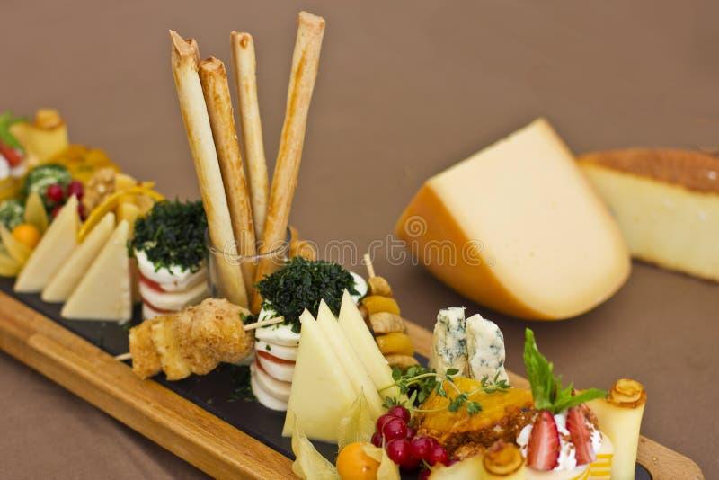 Ostplatta: roquefort med den blåa formen, cheddar, rökte ost, royaltyfri bild