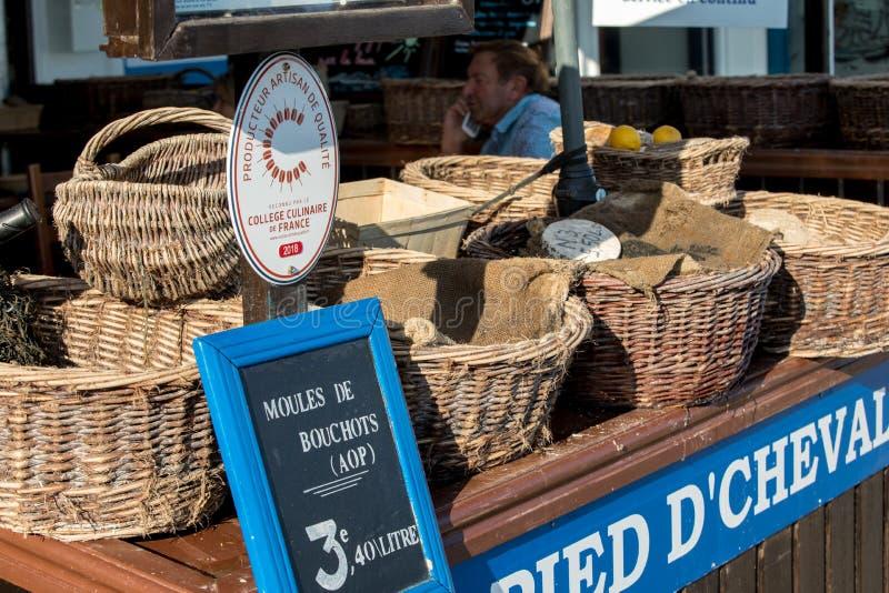 Ostras cruas frescas no mercado de rua exterior da cidade de Cancale em Brittany, Fran?a foto de stock royalty free