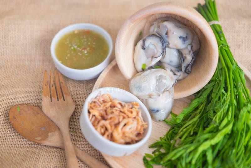Ostras frescas no estilo tailandês com pasta do pimentão fotos de stock royalty free