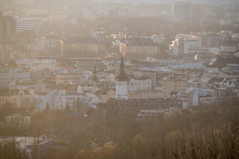 Ostrava stadsmitt från den Halda Ema kullen i Tjeckien under disig höstdag royaltyfria bilder