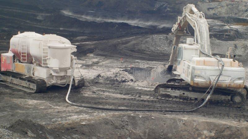 OSTRAVA TJECKIEN, NOVEMBER 28, 2018: Likvidering av remediation av nedgr?vning av soporavfalls av olja och giftliga vikter royaltyfri foto
