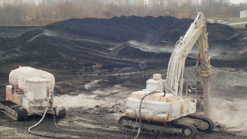 OSTRAVA TJECKIEN, NOVEMBER 28, 2018: Likvidering av remediation av nedgr?vning av soporavfalls av olja och giftliga vikter arkivfoto