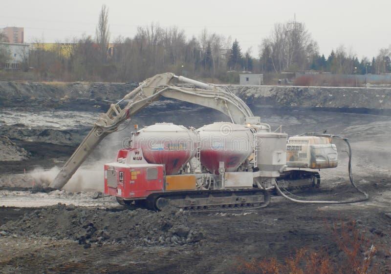 OSTRAVA TJECKIEN, NOVEMBER 28, 2018: Likvidering av remediation av nedgr?vning av soporavfalls av olja och giftliga vikter arkivfoton