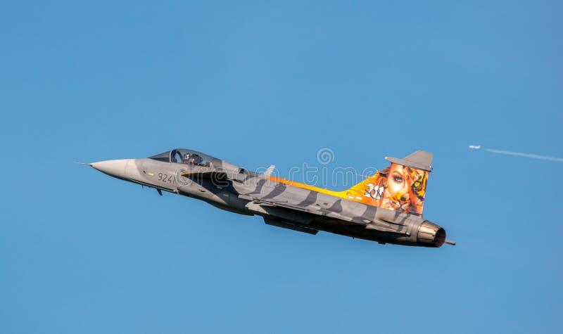 Ostrava tjeckiska Republik-September 2018: Jas Gripen flygplan av det svenska flygvapnet i tillfällig målning, under dynamiskt royaltyfria bilder