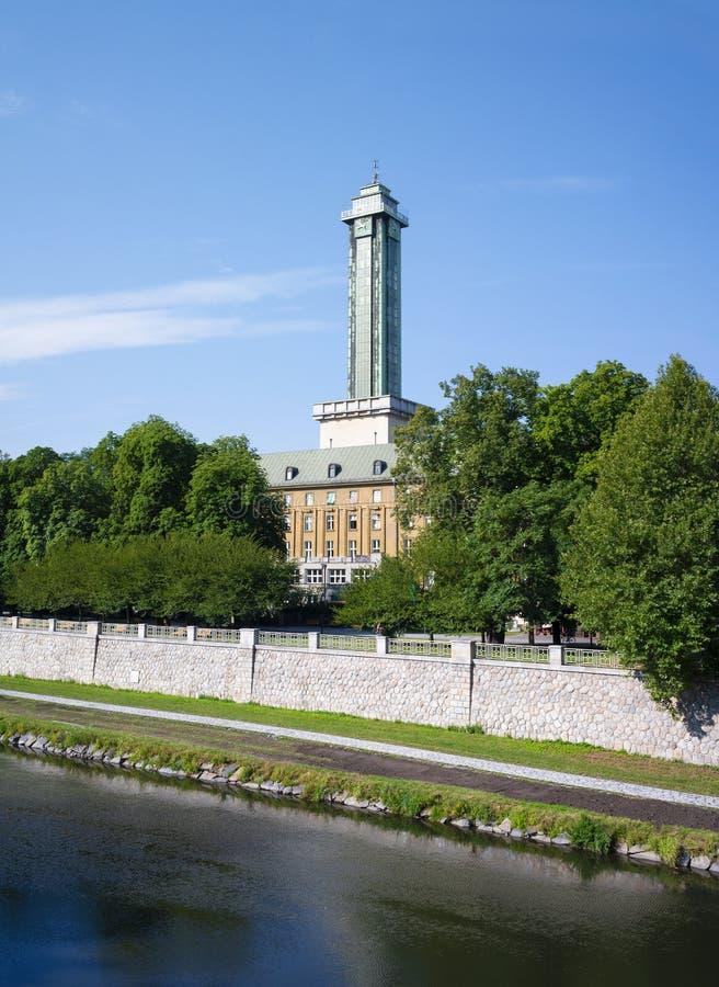 Ostravice-Fluss, sady Park Komenskeho, neues Rathaus, Ostrava, Tschechische Republik/Czechia stockbild