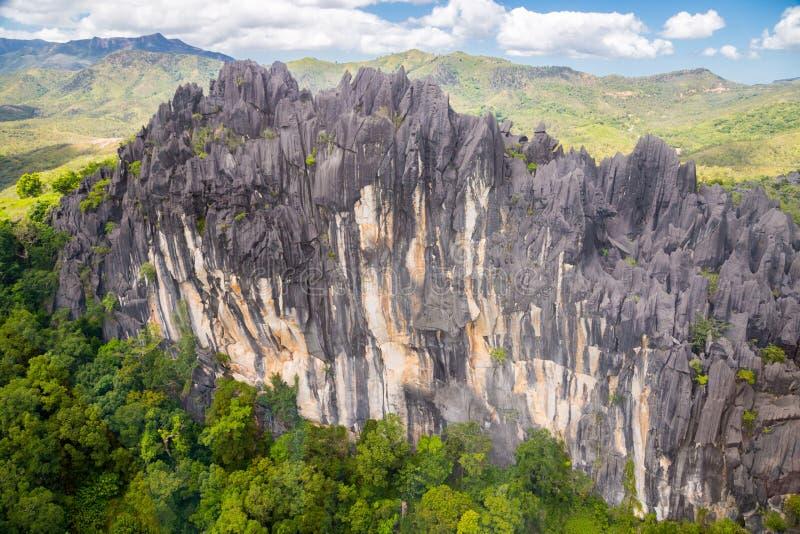 Ostre igły czarni powulkaniczni szczyty Góry blisko Mont Aoupinie i Poya rzeki, widok z lotu ptaka Nowy Caledonia, Melanesia, Oce fotografia royalty free