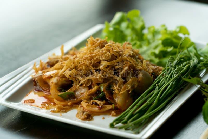 Ostrica piccante dell'insalata dell'alimento tailandese del primo piano con aglio e la verdura fritti fotografia stock libera da diritti