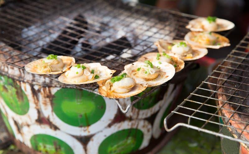 Ostriche o griglia dei frutti di mare al mercato di strada asiatico immagini stock