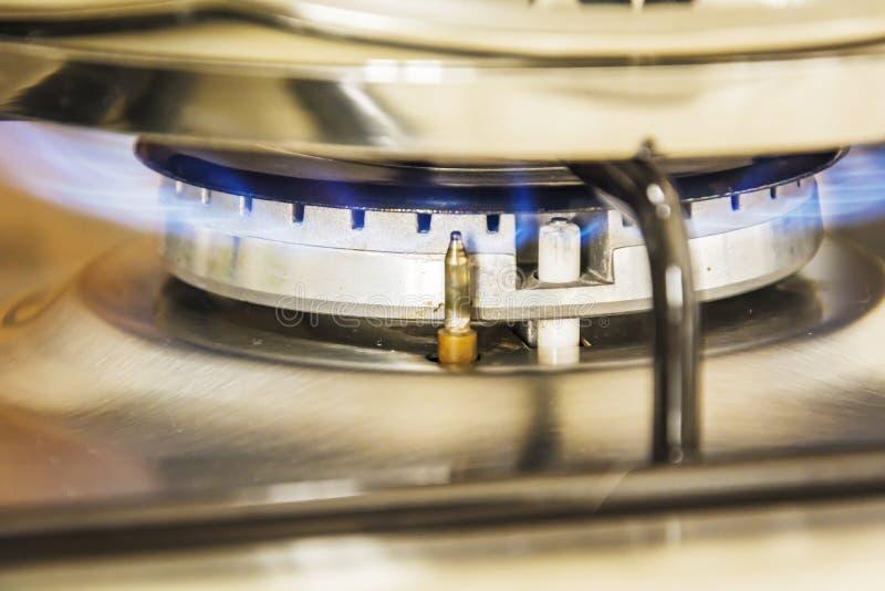 Ostrość błękitnego płomienia gaz na kuchenki gotowania garnku w kuchnia gazie s zdjęcia stock