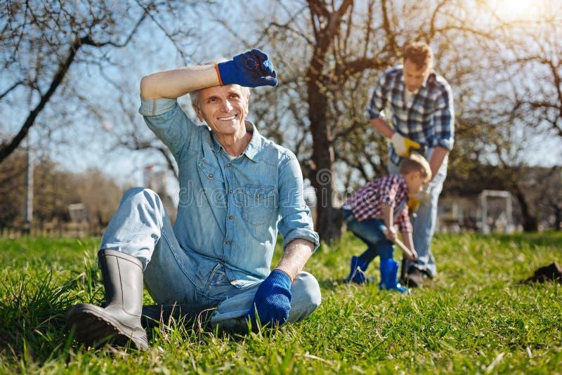 Ostrość na dziadek mieć odpoczynek po ciężkiego pracującego dnia obraz royalty free