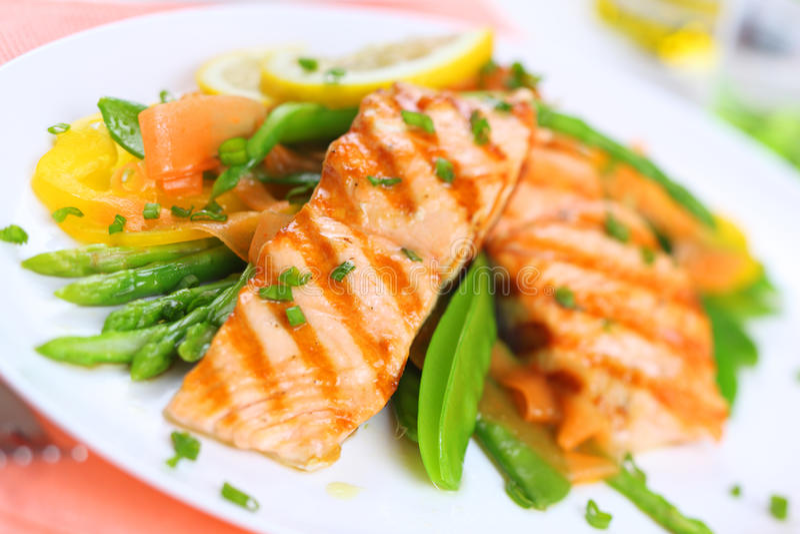 ostrość piec na grillu łososiowi miękcy wiosna warzywa zdjęcia stock
