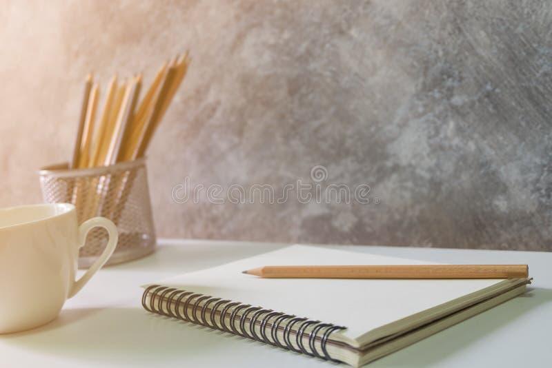 Ostrość puste miejsce książka, ołówka bielu filiżanka fotografia stock