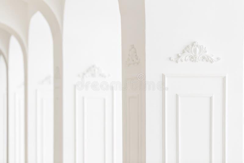 Ostrość w przedpolu Drogi luksusowy wnętrze Sztukateryjni elementy na linii lekkie kolumny wzorzysty biel bagiety obrazy royalty free