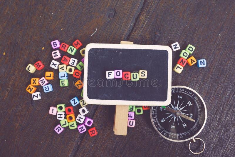 OSTROŚCI słowa blok na signage nad drewnianym tłem z zatartym koloru skutkiem obrazy royalty free