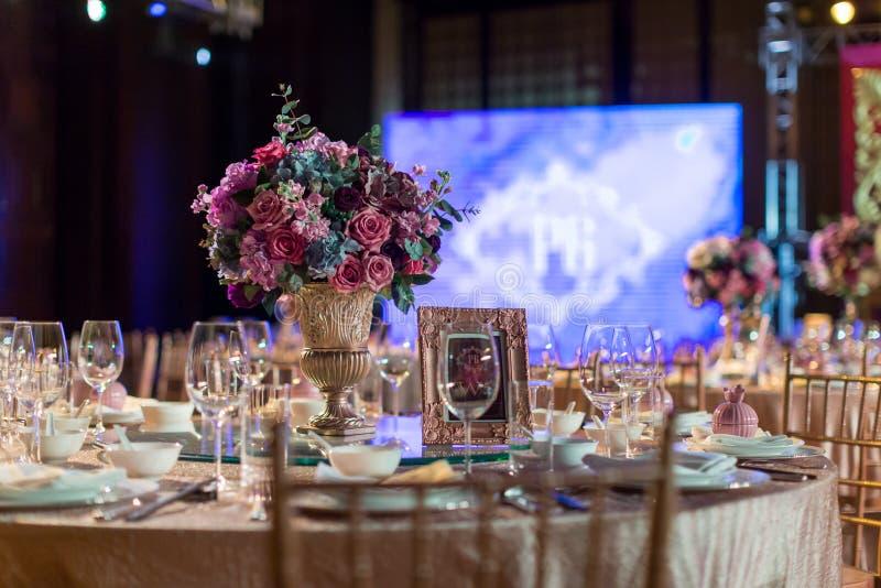 ostrości szkieł stołowy ślub obraz stock