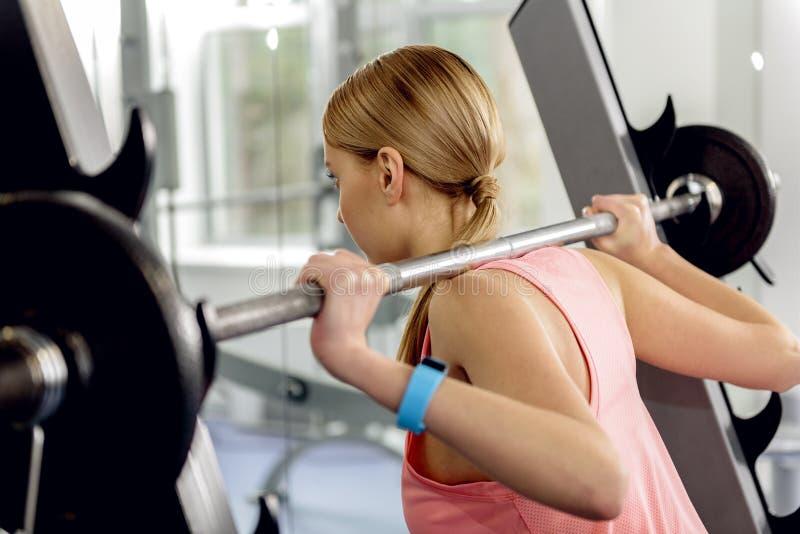Ostrożny atlety kucanie z barbell w gym obrazy royalty free