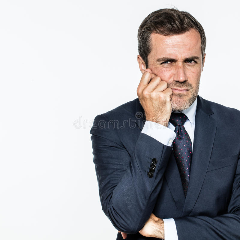 Ostrożny w średnim wieku brodaty biznesmen szuka dla mądrze zarządzań rozwiązań zdjęcia stock