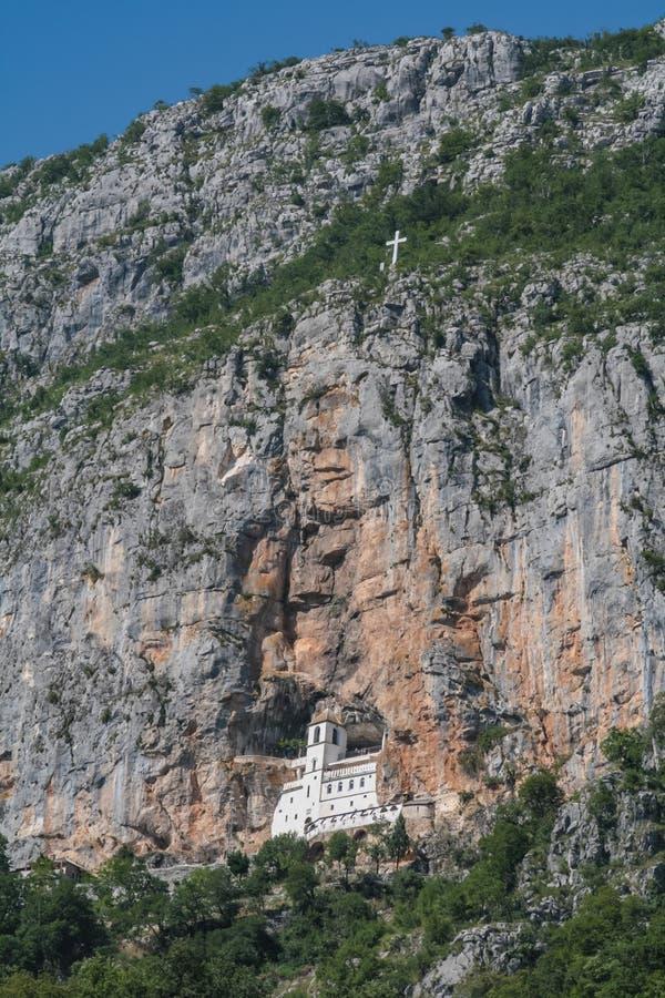 Ostrog-Kloster geschnitzt in den Felsen in Montenegro lizenzfreie stockfotografie