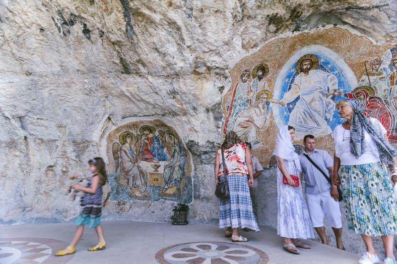 OSTROG, MONTÉNÉGRO - 8 JUIN : Les croyants orthodoxes visitent le Monast image libre de droits