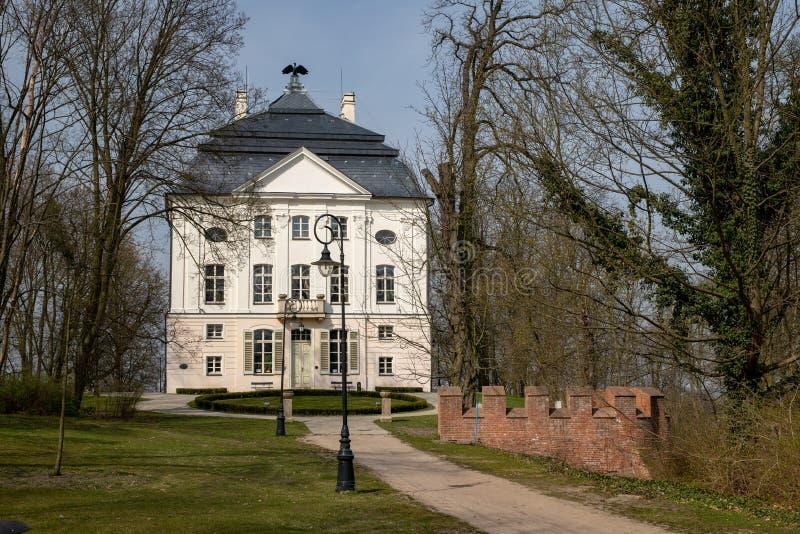 Ostromecko, kujawsko-pomorskie/Πολωνία - 3 Απριλίου, 2019: Ιστορικά κτήρια μπροστά από το παλάτι στην πόλη SPA Ένας όμορφος στοκ φωτογραφίες