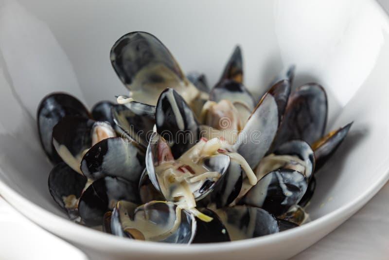 Ostron som tjänas som med sås och franska småfiskar royaltyfri bild