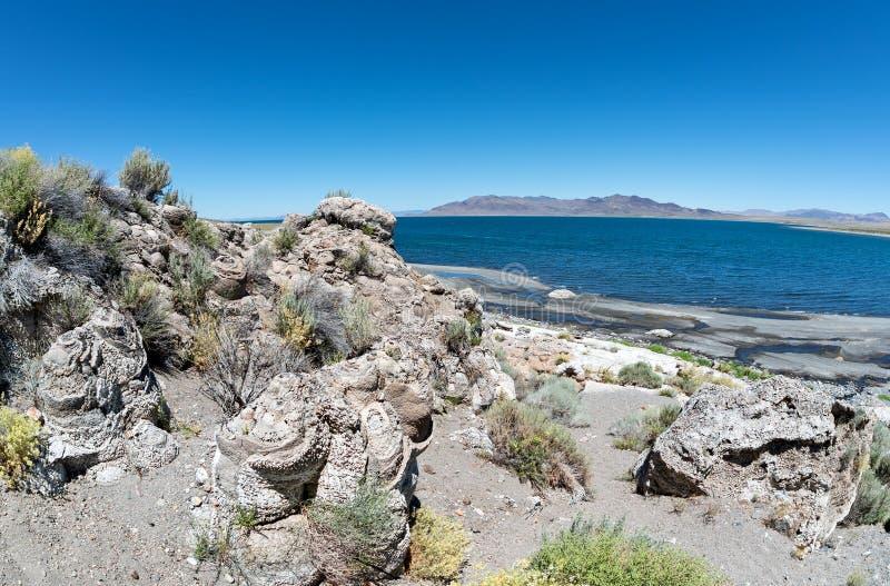 Ostrosłup jezioro i niezwykła Tufa skała obrazy royalty free