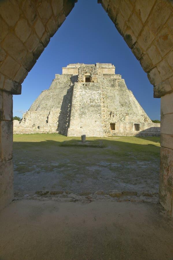 Ostrosłup magik przez archway drzwi, Majska ruina w półwysep jukatan, Meksyk przy zmierzchem zdjęcie royalty free