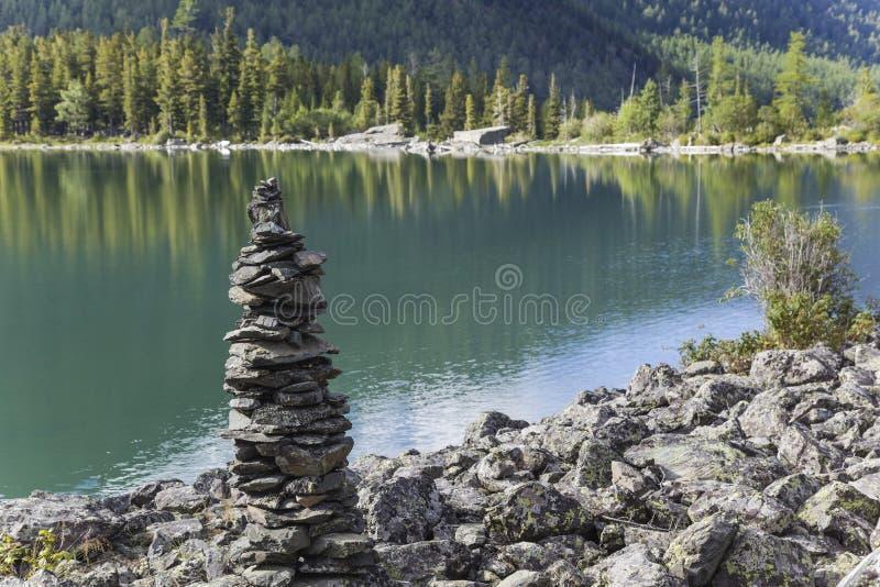 Ostrosłup na jeziornym brzeg zdjęcie stock