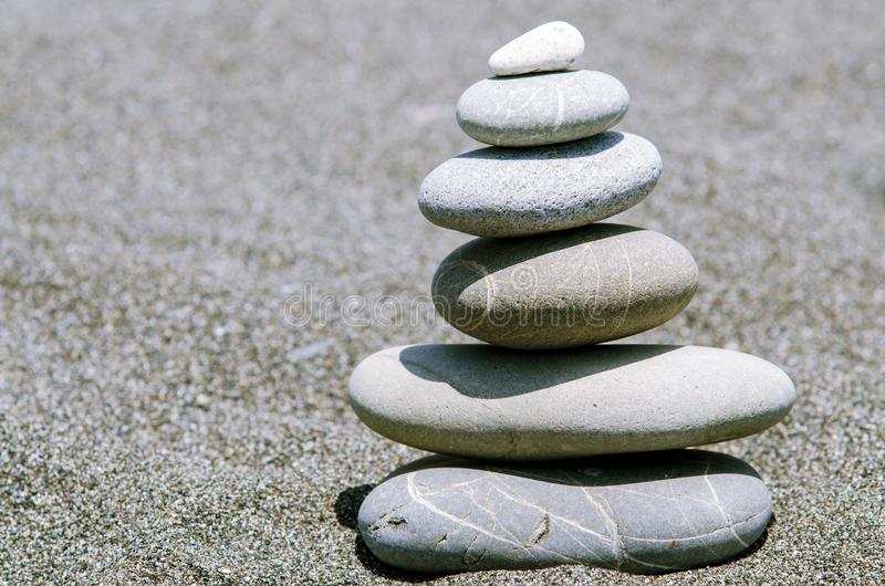 Ostrosłup od kamieni na plaży obrazy stock