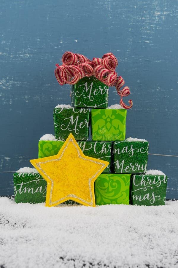 Ostrosłup prezenty z Czerwonym łękiem i śnieg z kolor żółty gwiazdą fotografia royalty free