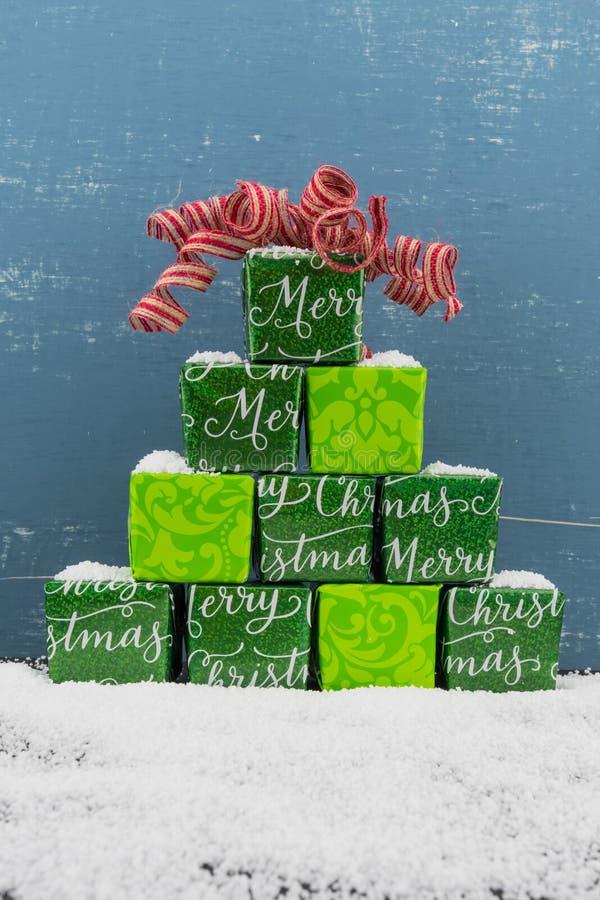 Ostrosłup prezenty z Czerwonym łękiem i śniegiem zdjęcia stock