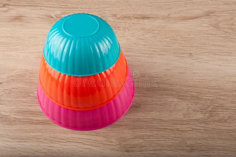 Ostrosłup round plastikowi lunchów zbiorniki na stole obrazy royalty free