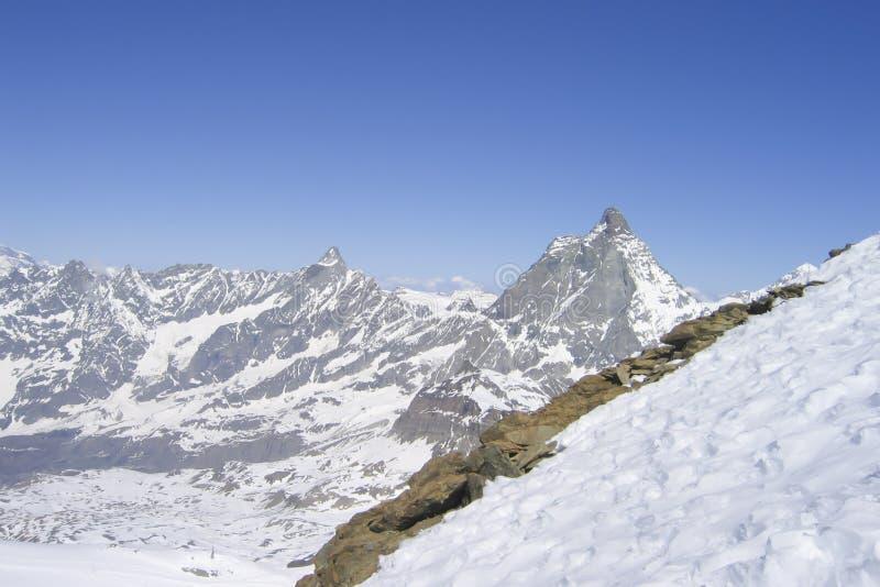 Ostrosłupowi szczyty i zwykłe falezy pasmo górskie słoneczny dzień fotografia stock