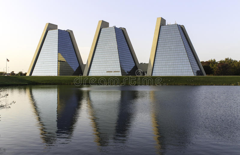 Ostrosłupy - Nowożytny budynek biurowy zdjęcie royalty free