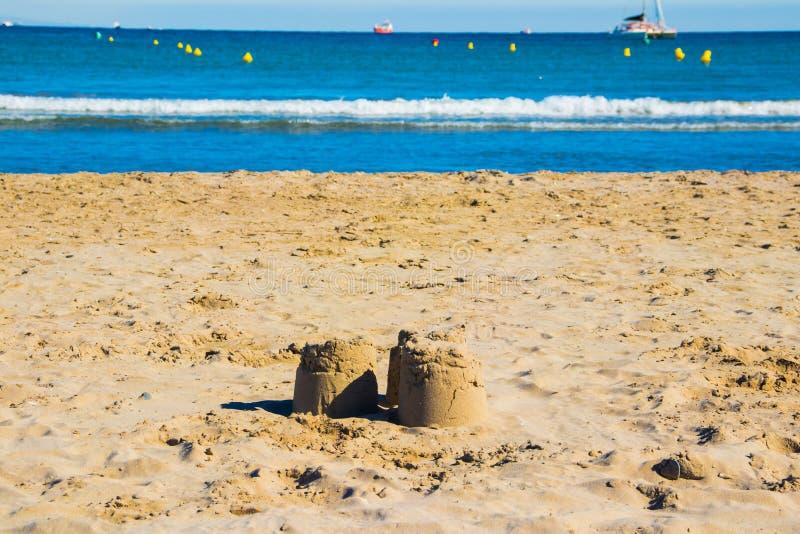 Ostrosłupy piasek na plaży obraz royalty free