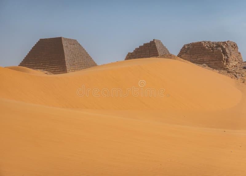 Ostrosłupy za wielką piasek diuną w pustyni Sudan zdjęcie royalty free