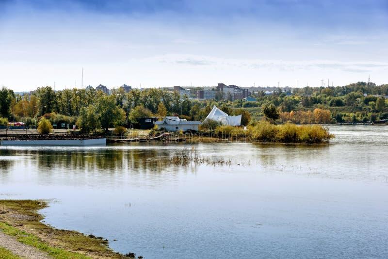 Ostrov Yunosti of Youth Island is een riviereiland in het centrum van de stad Irkutsk, Rusland royalty-vrije stock afbeeldingen