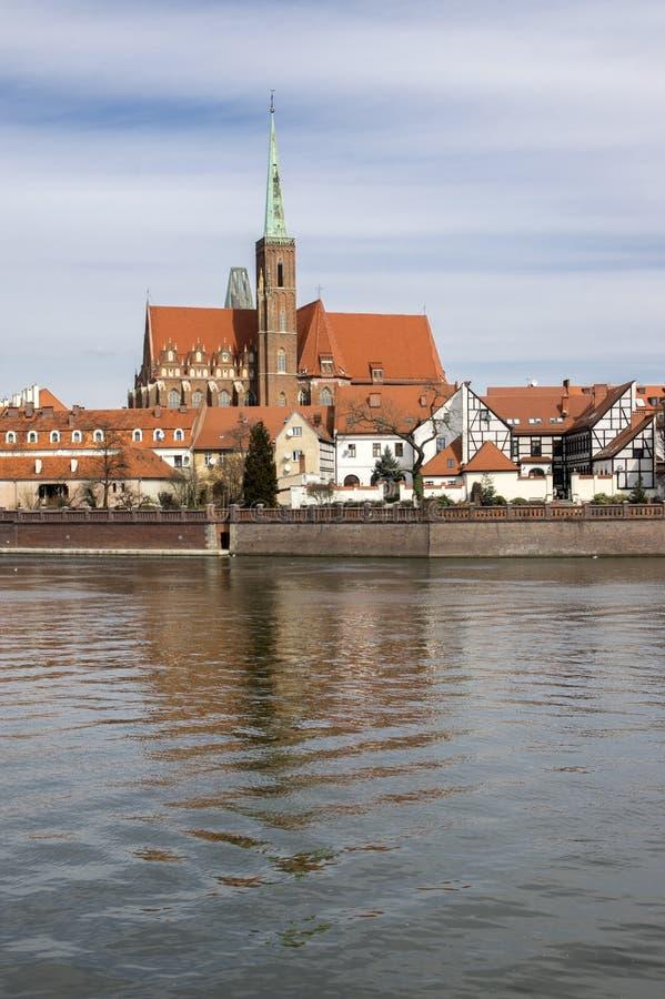 Ostrow Tumski, Wroclaw/Polonia - 30 marzo 2018: Fiume di Odra con la cattedrale di St John il battista fotografie stock libere da diritti