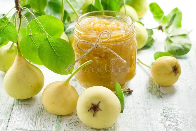 Ostruzione della pera in un vaso di vetro ed in una frutta fresca fotografie stock libere da diritti